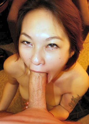Азиатская красавица демонстрирует сиськи и дырочку между ножками - фото 43