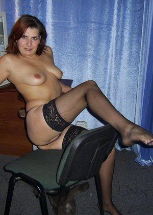 Зрелая женщина готова показать свои прелести всем подряд – она демонстрирует себя прямо на природе - фото 17