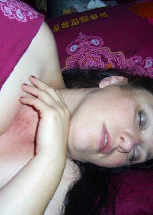 Лаура не обладает идеальным телом, но при этом она не против, чтобы на нее пялились мужики - фото 31