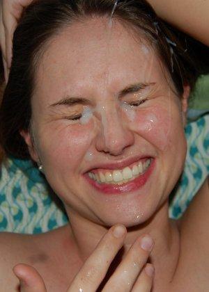 У молоденькой потаскушки с маленькими сиськами сперма на лице - фото 5