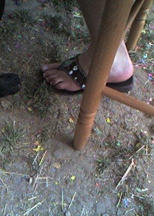 Улыбчивая Лиза очень стесняется, поэтому все, что она может показать – ножки в шлепках - фото 8