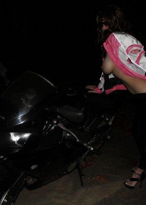 Множество фотографий, на которых девушки показывают обнаженные тела на фоне мотоциклов - фото 13