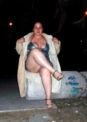 Полная женщина прямо на улице хвастается своей фигурой, абсолютно забывая о всяком стеснении - фото 11