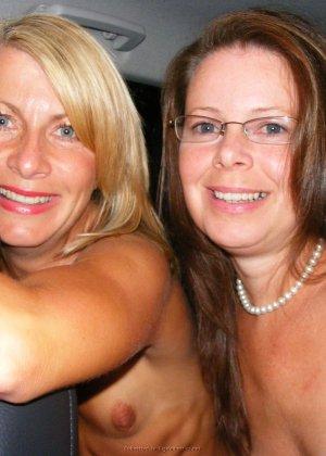 Две представительницы прекрасного пола показали свои дырочки - фото 59