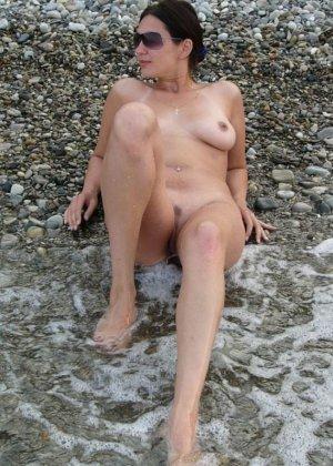 Девушка показывает свое тело на отдыхе, она постепенно раздевается и дает себя разглядеть - фото 24