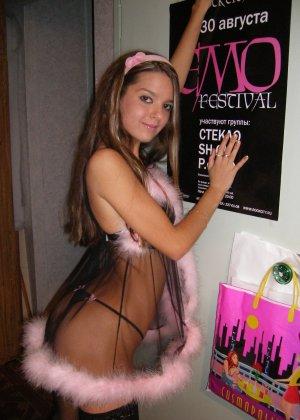 Горячая молодая девушка показывает свое тело в разных эротических нарядах – при этом она всегда сексуальна - фото 19
