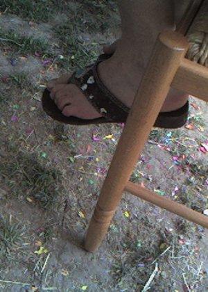 Улыбчивая Лиза очень стесняется, поэтому все, что она может показать – ножки в шлепках - фото 12