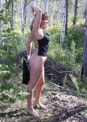 Зрелая женщина готова показать свои прелести всем подряд – она демонстрирует себя прямо на природе - фото 28