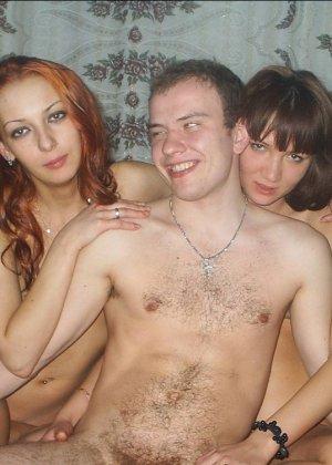 Веселая компашка устраивает классный групповой секс и им явно нравится такой смелый эксперимент - фото 10