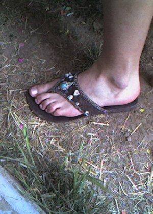 Улыбчивая Лиза очень стесняется, поэтому все, что она может показать – ножки в шлепках - фото 13