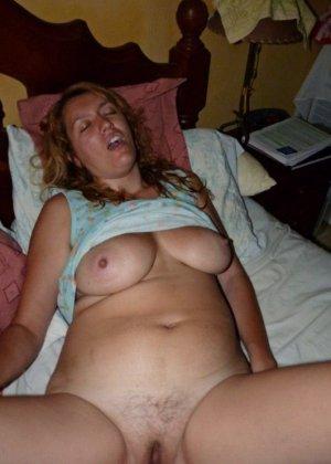 Зрелая дамочка показывает свою пизденку, а затем расслабляется для того, чтобы получить кайф от фистинга - фото 12