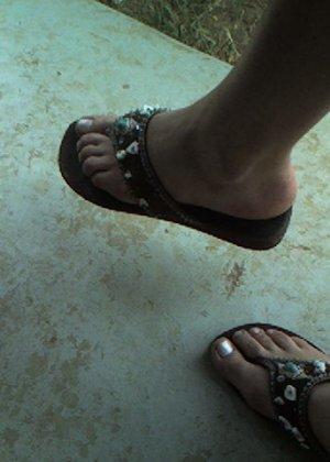 Улыбчивая Лиза очень стесняется, поэтому все, что она может показать – ножки в шлепках - фото 2