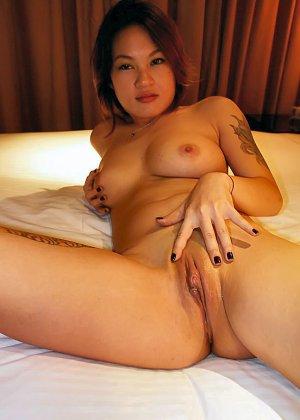 Азиатская красавица демонстрирует сиськи и дырочку между ножками - фото 47