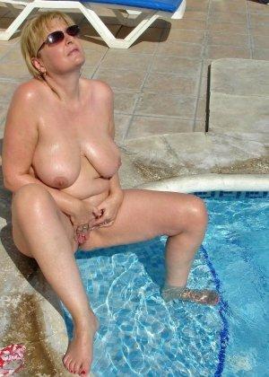 Джулия - женщина далеко не первой свежести, но все же показывает свое тело в бассейне - фото 1