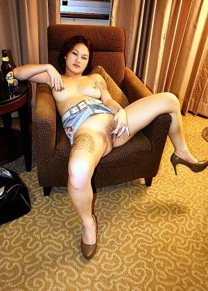 Азиатская красавица демонстрирует сиськи и дырочку между ножками - фото 34