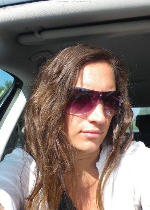 Женщина, несмотря на свое неидеальное тело, показывает себя перед камерой, засветив волосатой пиздой - фото 21