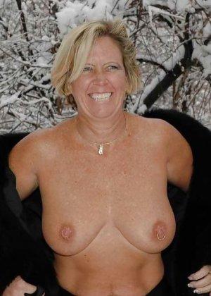 Развратная женщина в черных чулках разделась зимой на улице - фото 19