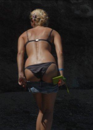 Пока блондинка не замечает, ее снимает какой-то папарацци – можно подглядеть, как она раздевается - фото 9