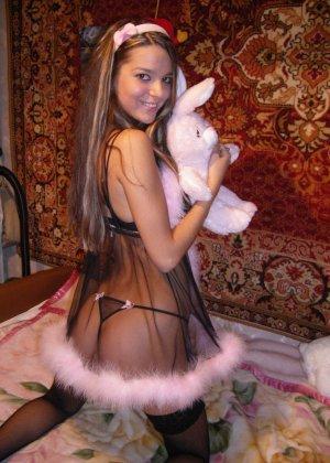 Горячая молодая девушка показывает свое тело в разных эротических нарядах – при этом она всегда сексуальна - фото 16