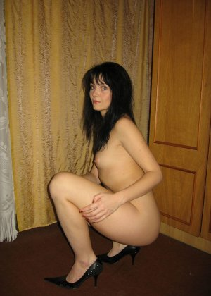 Брюнетка позирует в разных образах, но в каждом из них она обладает особой сексуальностью - фото 33