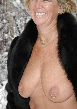Развратная женщина в черных чулках разделась зимой на улице - фото 8