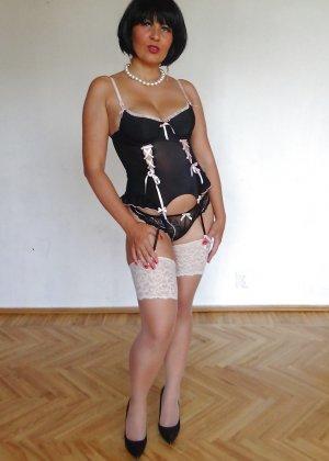Раскрепощенная и гламурная чертовка хвастается своим сексуальным телом - фото 29