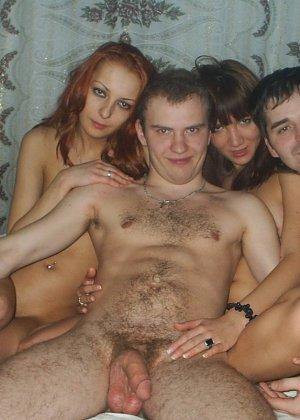 Веселая компашка устраивает классный групповой секс и им явно нравится такой смелый эксперимент - фото 22