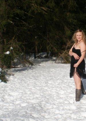 Рисковая девушка Яна показывает свою смелость – она может раздеться прямо на улице при минусовой температуре - фото 16