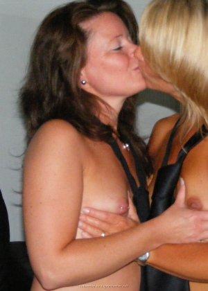 Две представительницы прекрасного пола показали свои дырочки - фото 6