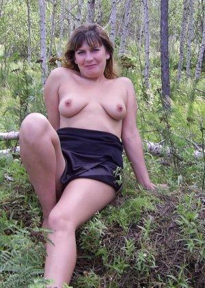 Зрелая женщина готова показать свои прелести всем подряд – она демонстрирует себя прямо на природе - фото 38