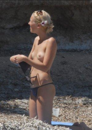 Пока блондинка не замечает, ее снимает какой-то папарацци – можно подглядеть, как она раздевается - фото 13