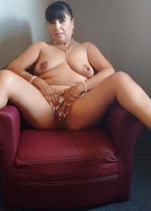 Горячие зрелые латинки показывают свои тела всем желающим, давая рассмотреть всё - фото 24