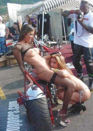Множество фотографий, на которых девушки показывают обнаженные тела на фоне мотоциклов - фото 29