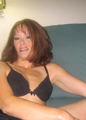 Зрелая красотка обладает достаточным опытом, чтобы удовлетворить мужчину и дать ему кончить - фото 43