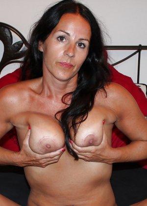 Раскованная женщина в зрелом возрасте готова принимать разные позы, лишь бы всю ее было видно - фото 1