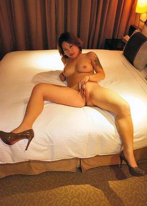 Азиатская красавица демонстрирует сиськи и дырочку между ножками - фото 44