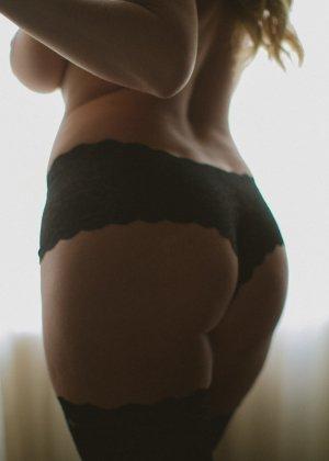 Нежная и чувственная эротика от блондинки с шикарными сиськами - фото 38