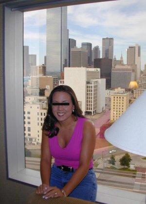 Девушка с красивой грудью демонстрирует шикарную фигуру – на нее хочется смотреть постоянно - фото 1