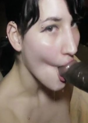 Белокожая девушка отсасывает негру – ему нравится пихать свой огромный член в ее нежный ротик - фото 1