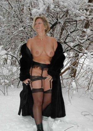 Развратная женщина в черных чулках разделась зимой на улице - фото 18