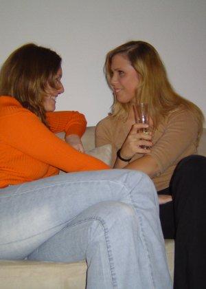 Две подружки показывают, как им нравится расслабляться в компании друг друга, но и по отдельности они не скромничают - фото 10