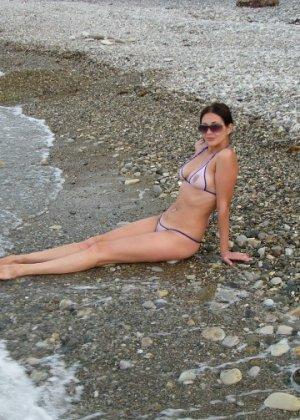 Девушка показывает свое тело на отдыхе, она постепенно раздевается и дает себя разглядеть - фото 21