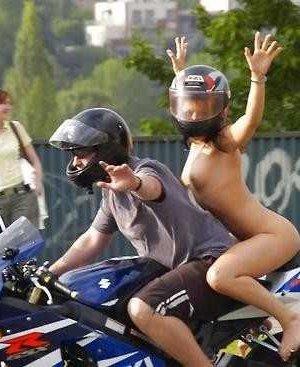 Множество фотографий, на которых девушки показывают обнаженные тела на фоне мотоциклов - фото 48