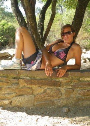 Женщина, несмотря на свое неидеальное тело, показывает себя перед камерой, засветив волосатой пиздой - фото 52