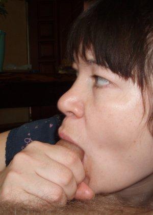 Русская женщина готова обслуживать своего мужчину и не стесняется мочиться перед камерой - фото 24
