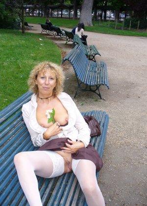 Зрелая женщина гуляет по городу и показывает себя в самых разных ракурсах – ей нравится обращать на себя внимание - фото 28