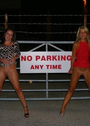 Две представительницы прекрасного пола показали свои дырочки - фото 48