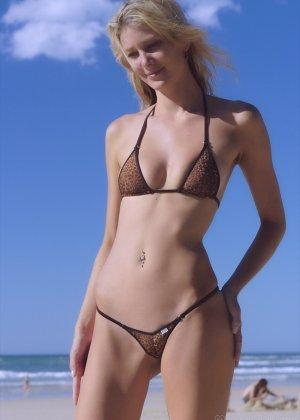 Ванесса показывает, как она любит примерять купальники, которые еле прикрывают ее тело - фото 4