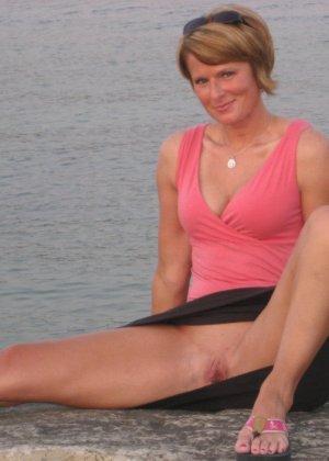 Похотливая женушка с любовью облизывает большой стояк муженька - фото 25