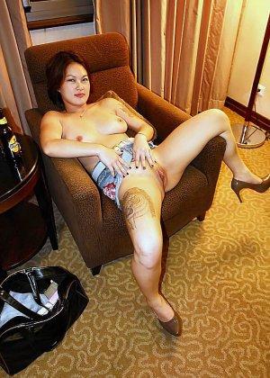 Азиатская красавица демонстрирует сиськи и дырочку между ножками - фото 30